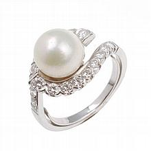 WHITE GOLD AND CENTRAL PEARL RING
