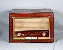 Antigua radio de marca PHILIPS. Med.: 36,5x50x33 cm. aprox.