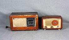 Lote formado por dos radios antiguas, una de marca PHILIPS. Med.: 19,5x28,5x14 cm. y 24x39,5x19 cm.