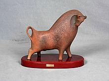 """XARGAY, EMILIA (1927-2002). """"Toro"""". Escultura en terracota, sobre peana de madera. Med.: 23x25,5x13 cm."""