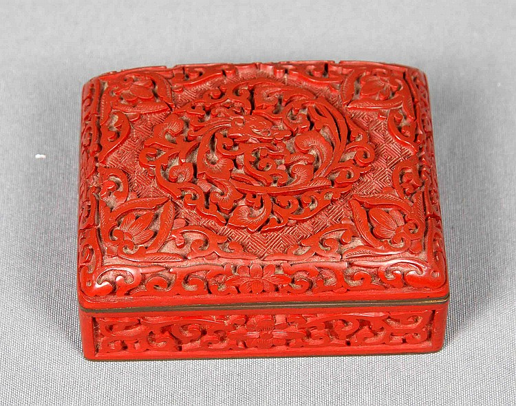 AN ANTIQUE ENAMELED BOX, 19TH CENTURY