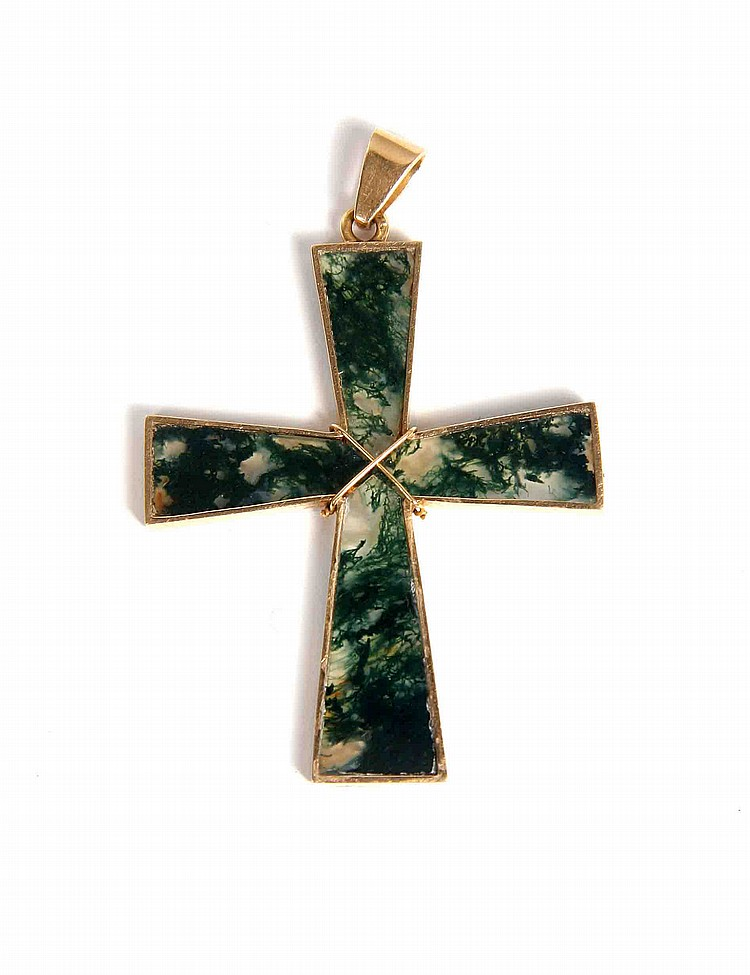 A GOLD AND JADE CROSS PENDANT