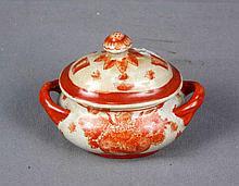 Pequeña sopera con tapa de porcelana oriental policromada y decorada con motivos florales. Med.: 13x14x10 cm.