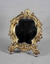 Espejo de sobremesa en bronce dorado, decorado con motivos vegetales. Med.: 34,5x26 cm. aprox.