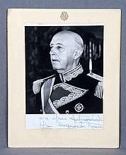 Fotografía autógrafa de Franco, con dedicatoria de su hija la Duquesa a su amiga Sara. Med.: 22,5x17 cm.