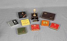 Lote formado por ocho cajas metálicas de cigarrillos, y mechero de sobremesa SILENT-FLAME DUNHILL. Med. cajas: 9x8 cm. aprox. Med. mechero: 13x9,5x7,5 cm.