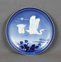 """ACHTZIGER, HANS. """"Tropical skies"""". Plato en porcelana alemana HUTSCHENREUTHER policromada y decorada con motivos de aves en vuelo en relieve. Año 1981. Marcas en la base. Diám.: 26 cm."""