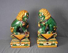 Pareja de leones Fo, años 50, en cerámica china vidriada y policromada. Med.: 62x33x26 cm.