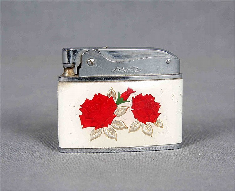Atlas Lite lighter, in enamel and steel, with rose decoration in relief. At the base,
