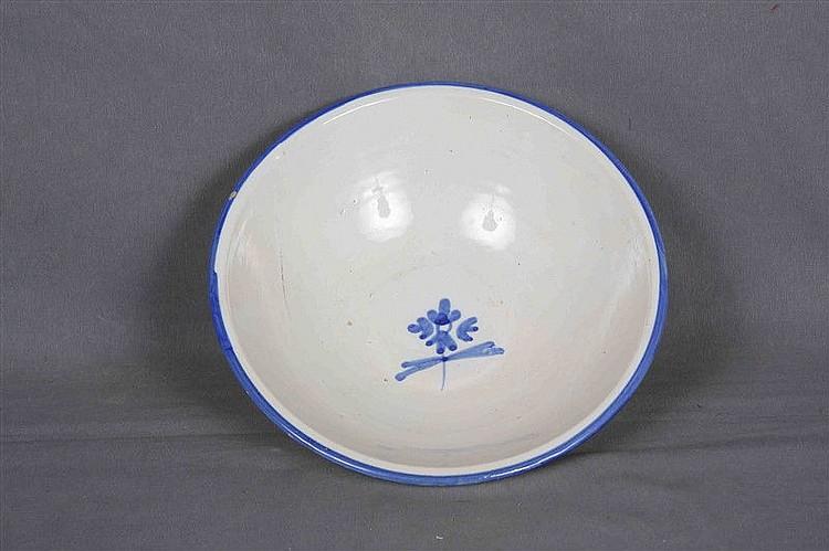 Bowl in Spanish ceramics PUENTE DEL ARZOBISPO, polychrome and decorated with blue flower. Diameter: 27 cm.