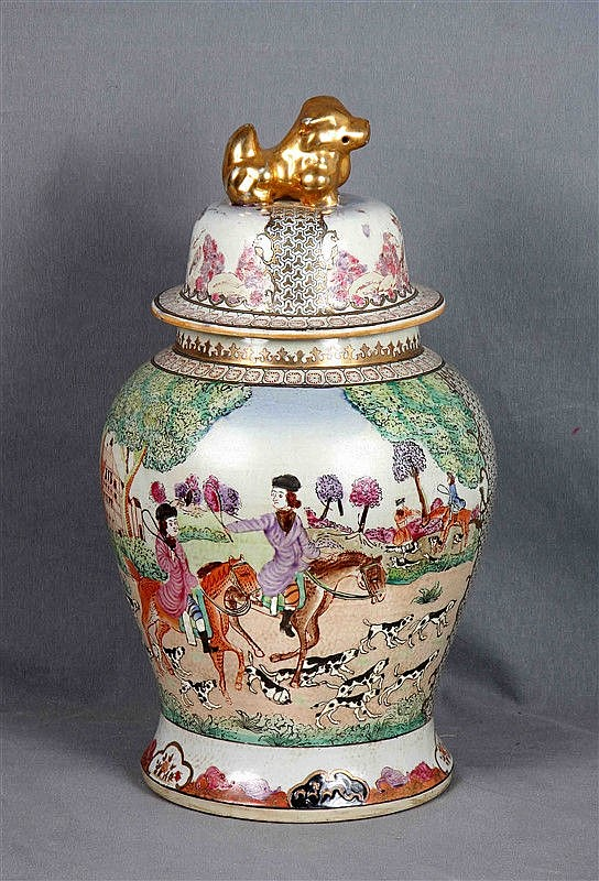 Chinese tibor in polychrome porcelain and decorated with hunting scenes and oriental motifs. Marks in the base. Height: 48 cm.