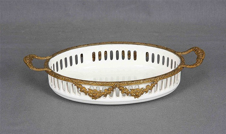 Centerpiece in ceramic and gilded bronze, from the firm ZUMSTEIN. Marks in the base. Size: 6x27.5x15 cm.