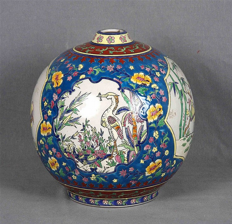 Chinese ceramic vase decorated with traditional motifs. Marks in the base. Height: 29.5 cm.