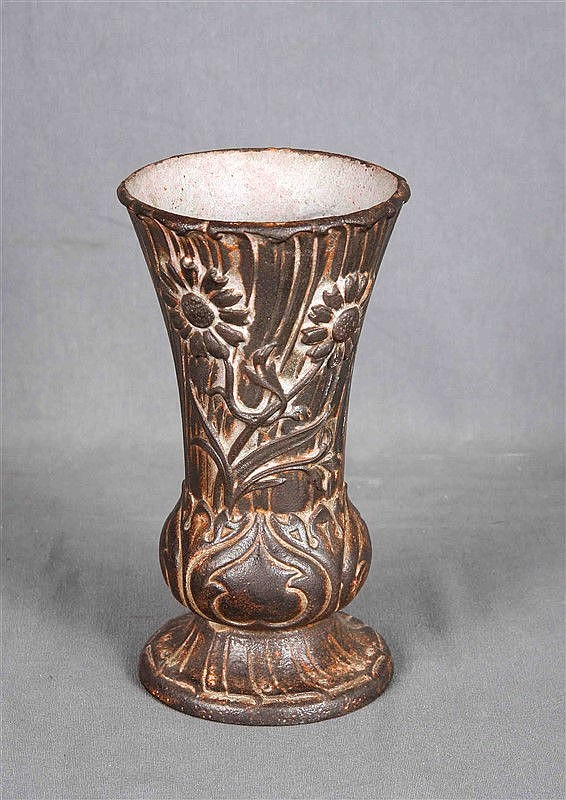 Art Nouveau vase in cast iron and enamel, circa 1890-1900, decorated with modernist floral patterns in relief. Height: 20 cm. Diameter: 11 cm.