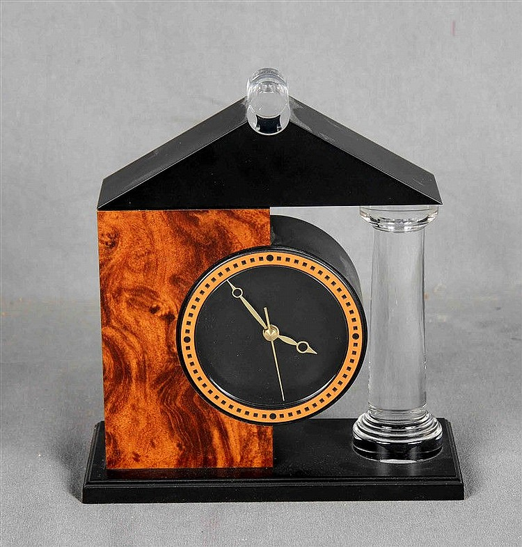 Desktop clock in celluloid and methacrylate, with golden needles. Size: 17.5x16.5x7.5 cm.