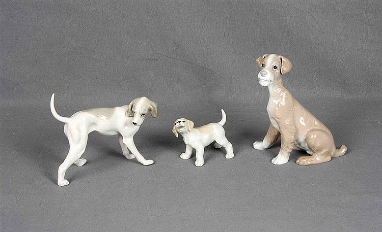 Batch formed by polychrome porcelain puppy figure, marks on the base; and dog with her puppy, in polychrome porcelain. Height: 19.5, 15 and 8 cm. respectively