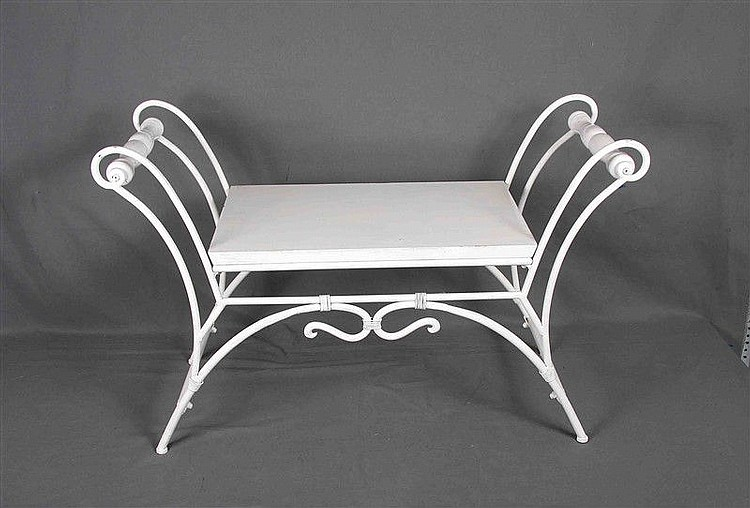 Bank in wrought iron and white wood. Size: 63x100x39.5 cm.