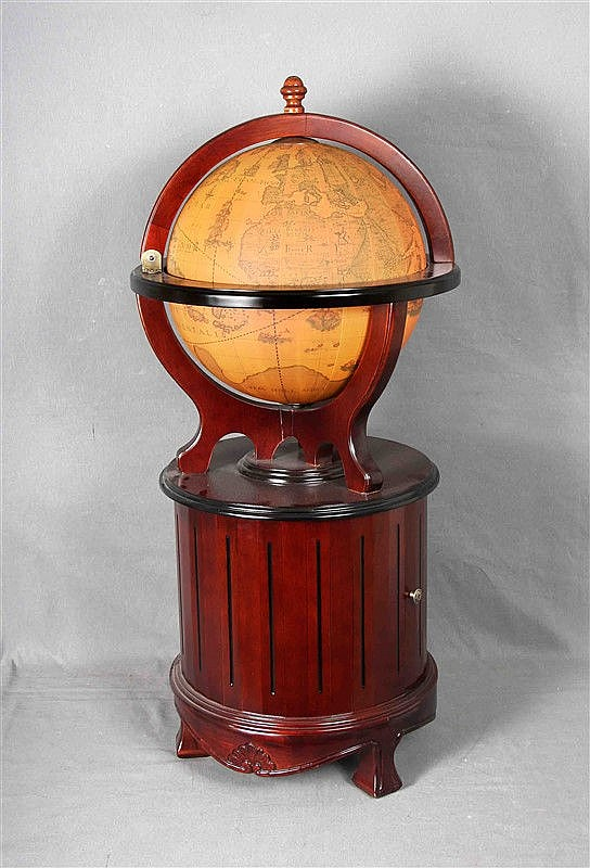 Bar cabinet in mahogany wood; upper part in the shape of a terrestrial globe and bottom with a door in the front. Size: 106x50 cm. approximately.