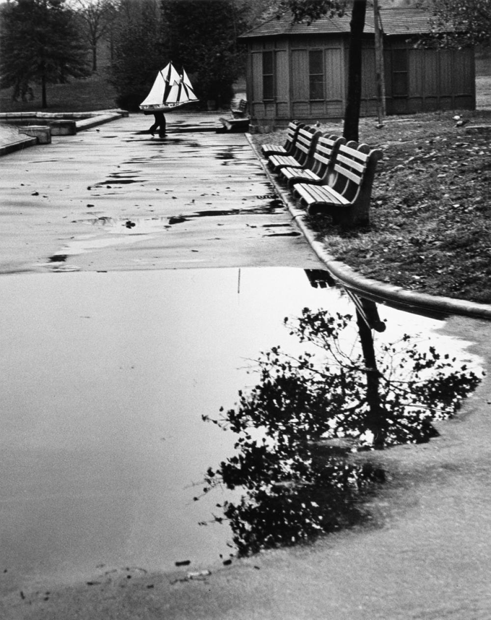 ANDRÉ KERTÉSZ (1894-1995) Homing Ship, Central Park, New York.