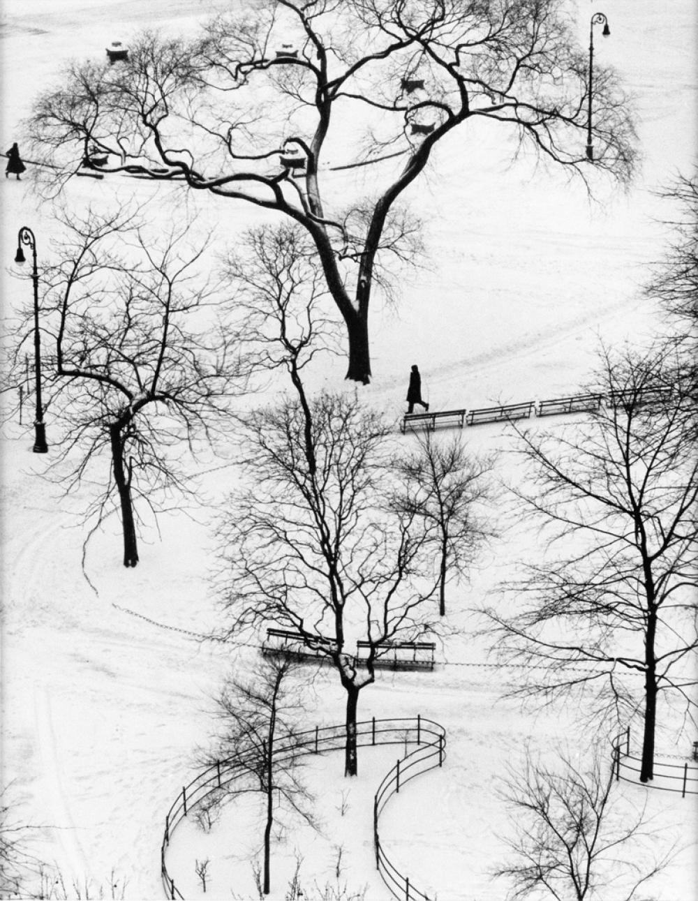 ANDRÉ KERTÉSZ (1894-1985) Washington Square.