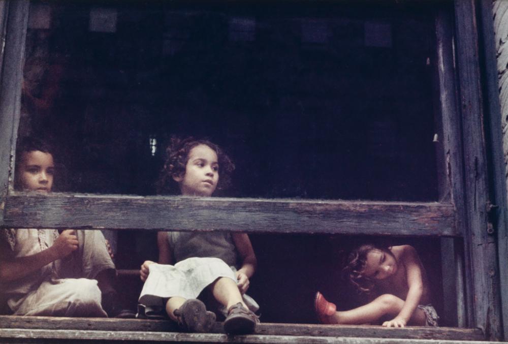 HELEN LEVITT (1913-2009) Children in the window.