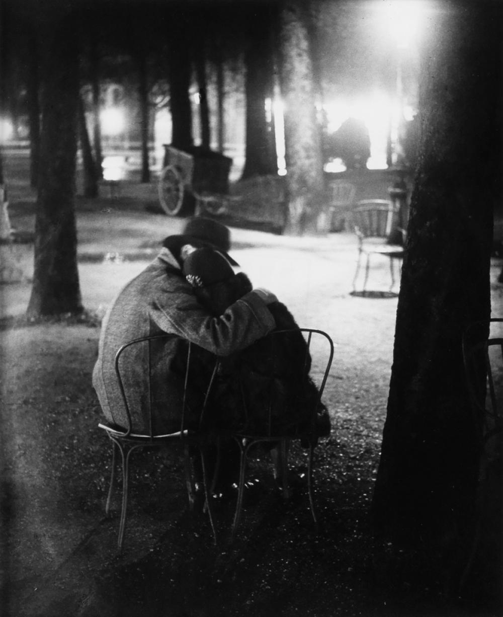 BRASSAÏ (1899-1984) Couple d'amoureux dans la bosquets de Champs Elysées.