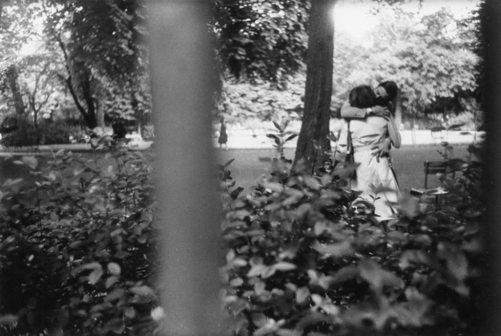 LOUIS FAURER (1916-2001) Couple kissing in a park, Paris.