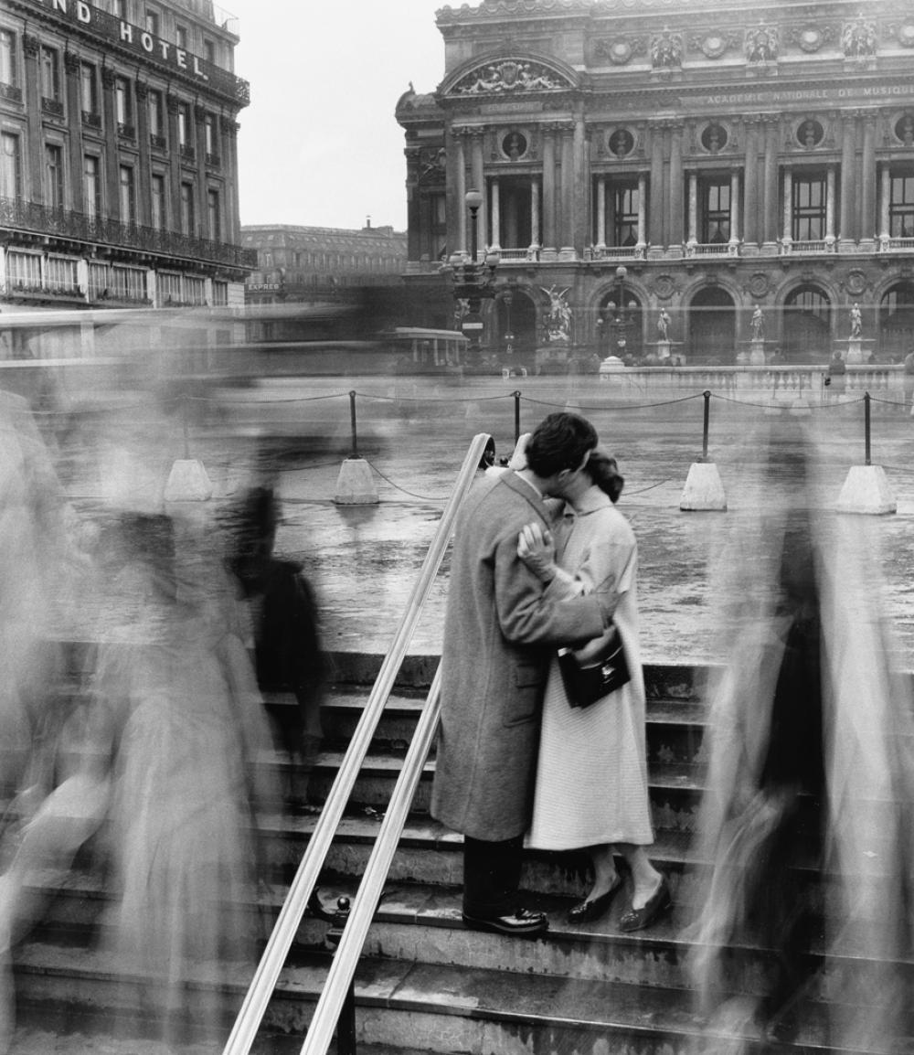 ROBERT DOISNEAU (1912-1994) Les Amoureux de l'Opera.