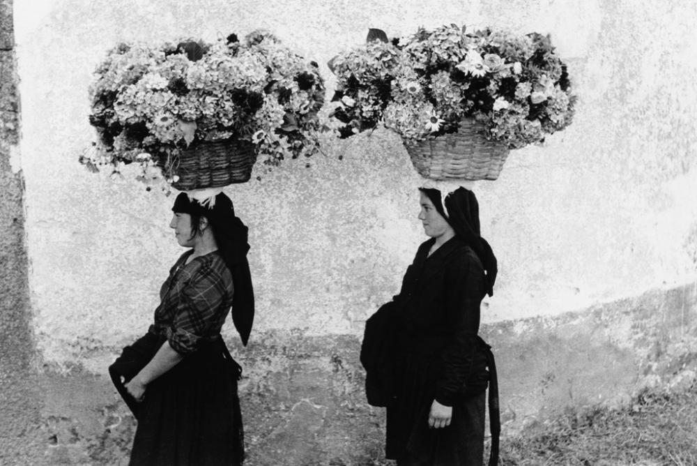 EDOUARD BOUBAT (1923-1999) Femmes aux Fleurs, Portugal.