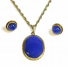 A 9ct gold blue agate pendant and earring suite,