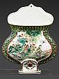 VASE D'APPLIQUE en porcelaine, émaux polychromes dans le style de la famille verte et dorure, reposant sur un haut pied, la base cin...