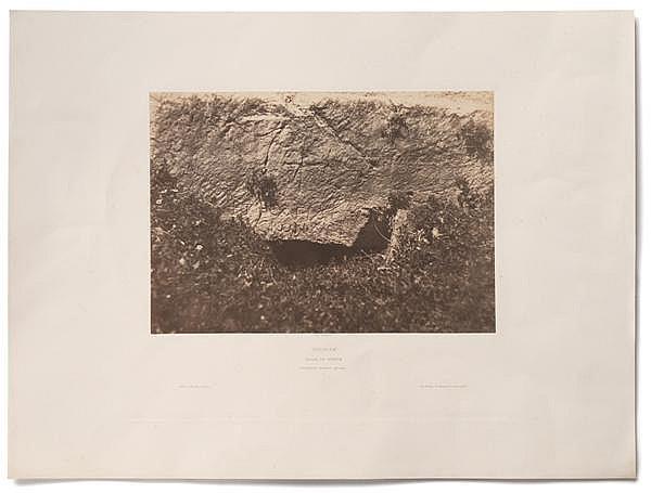 AUGUSTE SALZMANN(1824-1872) JERUSALEM, VALLEE DE HINNOM, INSCRIPTION TUMULAIRE GRECQUE, 1854-1856 Épreuve salée, négatif papier, mon...