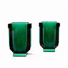 PAUL MILET (1870-1950) Paire de vases urnes en faïence, pirses latérales formant ressauts géométriques en émail noir, fond vert émer...