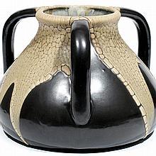 LÉON POINTU (1879-1942)  Vase tronconique aplati en grès, muni de trois prises, à décor émaillé peau de serpent, blanc sur fond br...