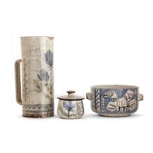 GUSTAVE REYNAUD (1915-1972) & ATELIER DU MÛRIER Suite d''une verseuse, un pot couvert et un légumier en faïence à décor émaillé d''ois...