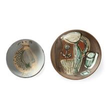 JACQUES INNOCENTI (1926-1958) Deux coupes en faïence sur talon, décor d''un oiseau pour l''une et d''une nature morte pour l''autre, éma...