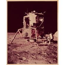 NASA, APOLLO 12, LE COSMONAUTE ALAN L. BEAN, PILOTE DU MODULE LUNAIRE, TRAVAILLE SUR LE MESA (MODULAR EQUIPMENT STOWAGE ASSEMBLY),...