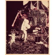 NASA, APOLLO 12, ALAN L. BEAN RETIRE LE DOME DU RTG, NOVEMBRE 1969 ET APOLLO 12, ALAN L. BEAN ACCROCHE LES CAPSULES DU RTG, NOVE...