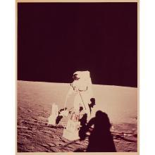 NASA, APOLLO 12, PETE CONRAD TRAVAILLE SUR LE ALSEP (APOLLO LUNAR SURFACE EXPERIMENTS PACKAGE), NOVEMBRE 1969 Tirage chromogénique...