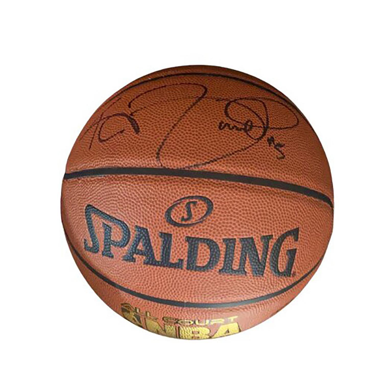 Kevin Garnett Un ballon des Boston Celtics signé par le champion de basket ball (né à Greenville, Caroline du Sud, 1976) et Maill...