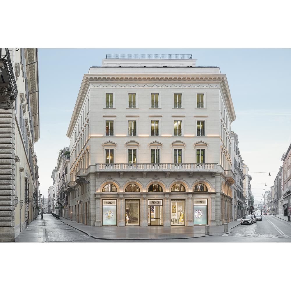Fendi Une nuit pour deux personnes avec petit déjeuner au Fendi Suites, dans une suite Deluxe, situé dans le centre historique de...