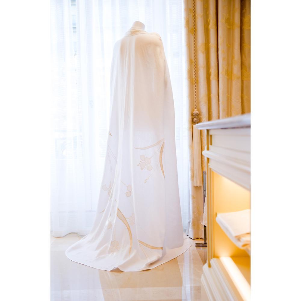 Yves Delorme Une cape de lin appliquée de soie, pièce unique réalisée à la main par l'atelier Yves Delorme Couture à l'occasion d...