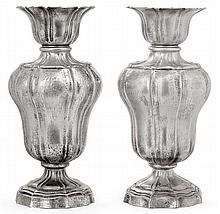 PAIRE DE VASES de forme balustre en argent, posant sur un pied rond à contours
