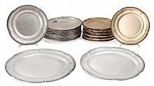 AUCOC Ensemble de 2 plats ovales et 24 assiettes en argent et vermeil, modèle à bordure de feuilles de laurier et agrafes feuillagée...