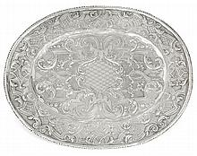 An oval silver platter, probably German, 18th century. LONG. 33,5 cm - LARG. 27 cm - POIDS  392 g. LENGHT. 13 3/16 IN. - WIDTH. 10 5/8
