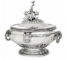 An important silver soup tureen and cover by François-Joseph Baudoux, Lille 1780-1781. HAUT. 32,5 cm - LONG. 35 cm - LARG. 21 cm - POID
