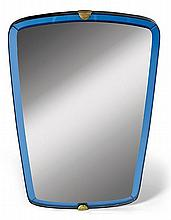 Pietro CHIESA (1892-1948) & FONTANA ARTE (Éditeur) A trapezoid wood mirror with blue glass frame and brass fixings. Height. 35 3/8 in.