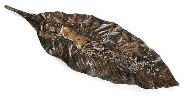 Georges Delpérier (1865-1936) Ornement en bronze patine médaille représentant une longue feuille de balisier animée d'une femme à de...