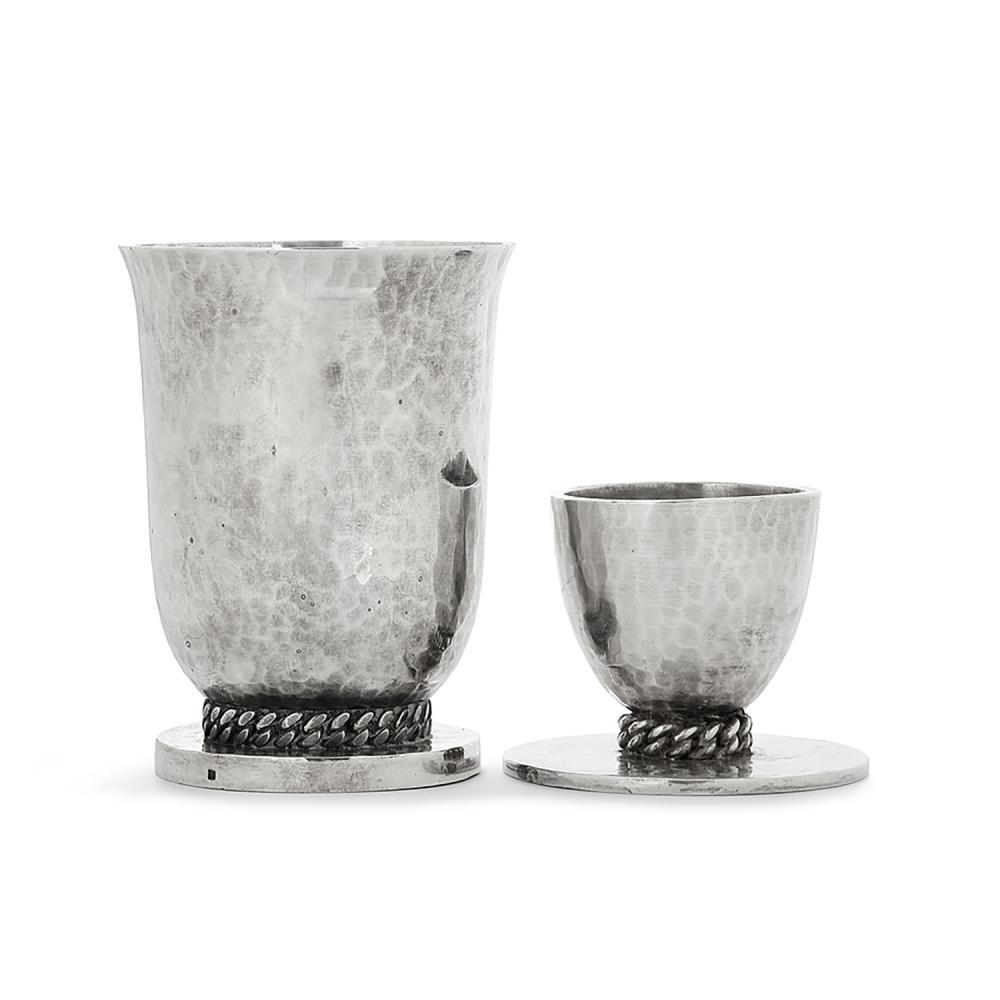JEAN DESPRÉS (1889 -1980) Suite d'une timbale et d'un coquetier en métal argenté, surface martelé, ornés de maillons de chaine soupl...