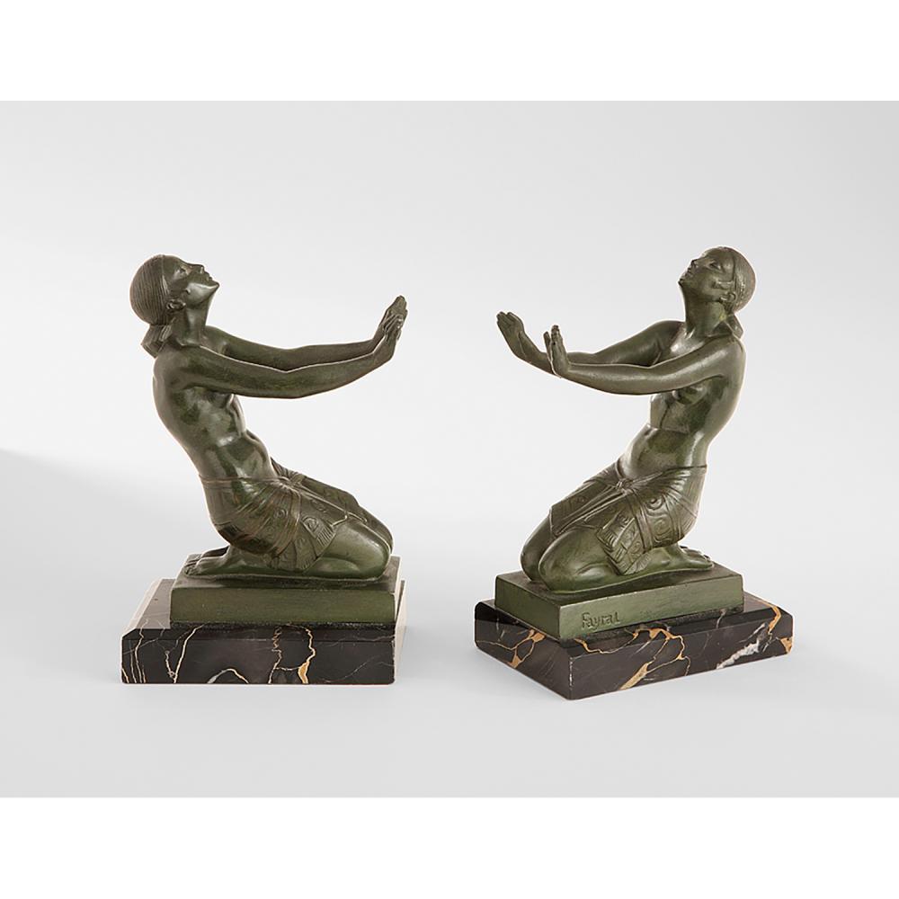 PIERRE LE FAGUAYS (DIT FAYRAL) (1892-1962) Paire de serre-livres en bronze à patine verte représentant deux femmes agenouillées vêtu...